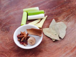 板栗炖土鸡汤,准备好炖鸡汤的调料,花椒和八角,草蔻和桂皮,香叶和葱姜。