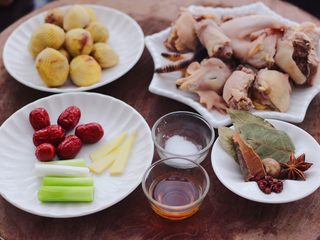 板栗炖土鸡汤,把所有的食材都准备好以后。