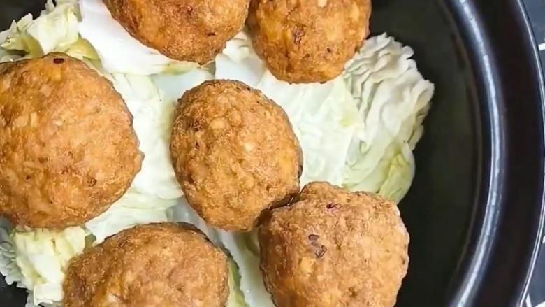 红烧狮子头,放入砂锅下面垫上白菜