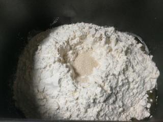 野杏肉面包,放入3克耐高糖发酵粉,将发酵粉埋起来