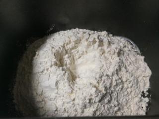 野杏肉面包,放入420克高筋粉,挖一个小窝