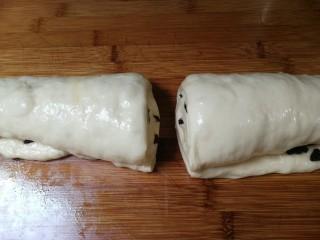 野杏肉面包,卷起来切成两份