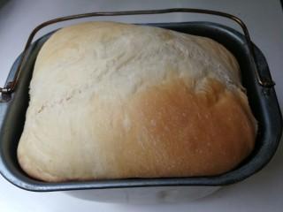 野杏肉面包,时间到了,面包好了,如果感觉颜色太浅,可以选择自定义烘烤五分钟左右,时间不能太长,上色重,表皮硬
