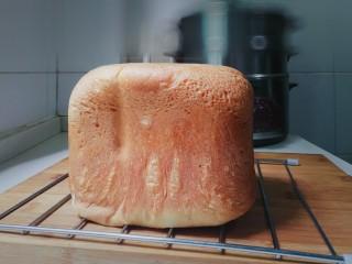 野杏肉面包,甜面包程序结束就取出面包,凉至温热,将面包放入保鲜袋不会硬