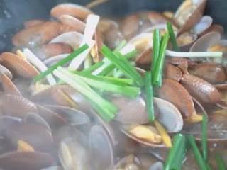 爆炒腰蛤——最近非常喜欢的快手鲜美小海鲜,炒至开口后,加入料酒、生抽、蚝油、葱段,炒匀