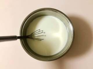 青提酸奶杯,再倒入全部的牛奶,充分搅拌均匀。