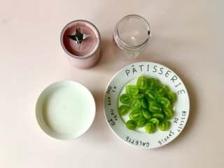 青提酸奶杯,阳光玫瑰青提洗净,对半切,准备好一碗自制酸奶。