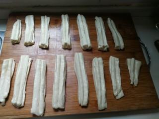 无泡打粉的油条,用筷子在面条中间稍微使劲压一下