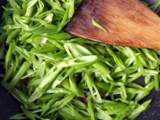 蒜蓉空心菜梗,倒入空心菜梗翻炒。