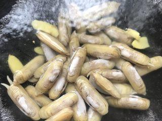 油淋竹蛏,放入洗净的竹蛏煮1分钟。