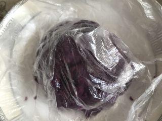 酸奶紫薯泥,倒扣入盘子中。