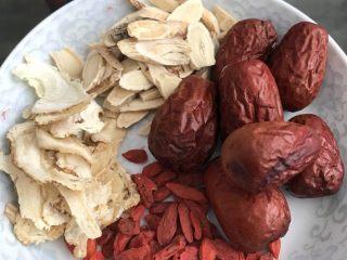 麻油鸡(改良版),当归、黄芪、红枣和枸杞洗净备用。