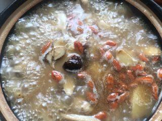 麻油鸡(改良版),鸡汤大火烧开后转小火煮15分钟,(如果喜欢酒味重一点的就盖锅盖煮,如果不喜欢酒味的就打开锅盖煮,酒精味会挥发)最后撒入适量的枸杞煮5分钟,最后加入适量盐调味即可。