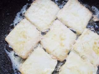 番茄金针菇豆腐汤,煎至两面金黄即可
