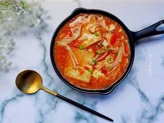 番茄金针菇豆腐汤,金针菇番茄豆腐汤,味美又补钙!