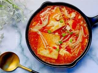 番茄金针菇豆腐汤,番茄酸甜,金针菇百搭,一道开胃的汤