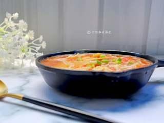 番茄金针菇豆腐汤,这个汤味道鲜美 ,尤其吃煮熟的金针菇 软软的细细的特别好吃