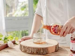 酸甜的夏,ALDI养生山药谷物蛋筒,将枫糖浆倒入罐子中。