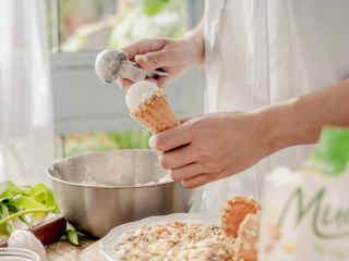酸甜的夏,ALDI养生山药谷物蛋筒,用冰激凌勺舀一个山药芋泥球放入蛋筒中。