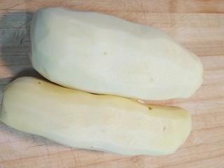 炸薯条,准备两个土豆去皮洗净