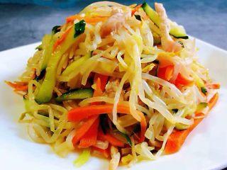 时蔬小炒肉丝,鲜美可口的时蔬炒肉丝装入盘中