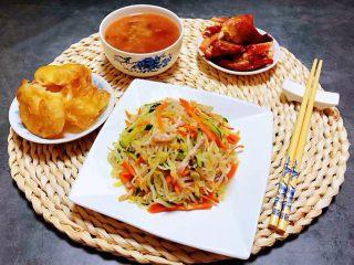 时蔬小炒肉丝,搭配红色鸡肉、油条、大米绿豆粥就是标配的早餐