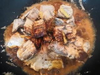 红烧带鱼,放入盐,糖,料酒,生抽,老抽,水