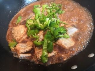 红烧带鱼,烧开后,放入青椒,关中小火,继续烧煮