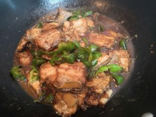 红烧带鱼,烧煮至,汤汁浓稠,青椒断生,关火