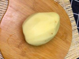 炝拌土豆丝,准备小土豆去皮洗净