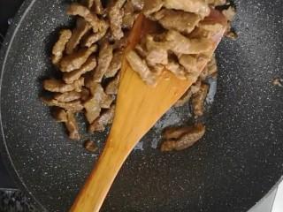 杭椒牛柳,起锅烧油,下入牛肉炒熟盛出备用