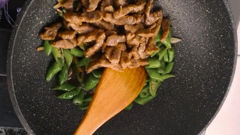 杭椒牛柳,再下入炒好的牛肉