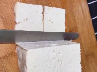香煎豆腐,老豆腐改刀切成薄片