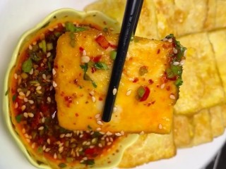 香煎豆腐,沾上提前调好的酱就可以吃了