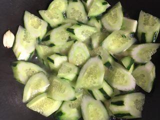 板筋炒青瓜,加入清水煮1分钟,上碟