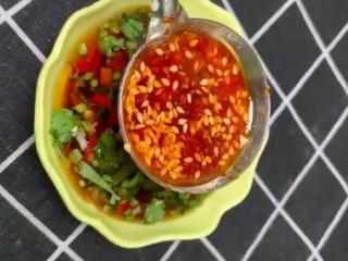 香煎豆腐,碗中加入辣椒末,香菜末,生抽,清香米醋,辣椒油搅匀备用