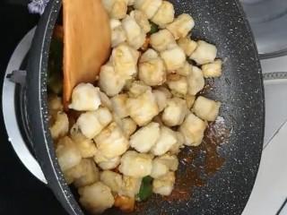 糖醋脆皮豆腐,再下入炸好的豆腐