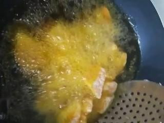 拔丝地瓜,油温七成热下锅炸