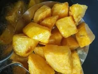 拔丝地瓜,炸至金黄酥脆捞出控油
