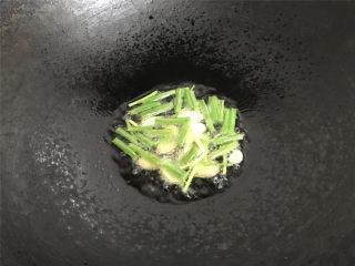 干葱豆豉鸡,锅中倒入适量油,7成热,把葱,姜,蒜放入锅中,炸至金黄色,煸出香味后捞出。