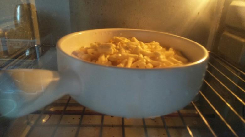 芝士泡面,放入预热好的160度烤箱烤6分钟。烤箱湿温度时间根据自家烤箱调整。