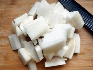 柠檬泡椒酸萝卜,萝卜洗净切片。
