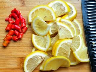 柠檬泡椒酸萝卜,柠檬切片,小米椒切圈,生姜切丝(生姜忘记拍了)