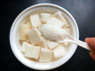 柠檬泡椒酸萝卜,放两勺白糖。