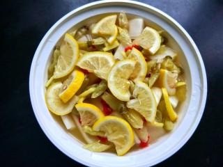 柠檬泡椒酸萝卜,放入柠檬片。