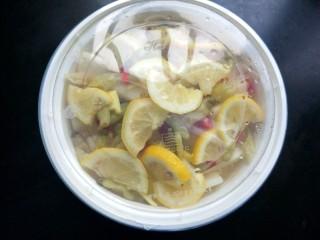 柠檬泡椒酸萝卜,盖上盖子,放入冰箱冷藏一晚上。