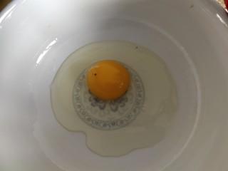 香蕉酸奶烤燕麦,鸡蛋磕在碗里