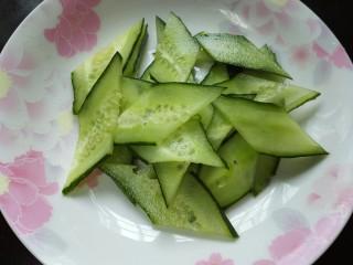 木须肉,黄瓜洗净切成菱形片状