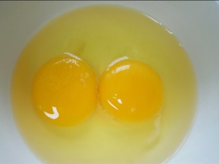 木须肉,鸡蛋打入碗中,加入少许盐调味