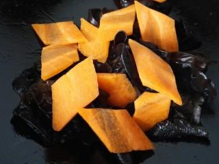 木须肉,锅内放少许油放入胡萝卜和木耳翻炒